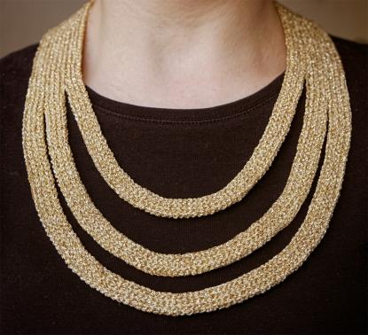 Häkelanleitung für eine goldene Halskette. Einfach genial.