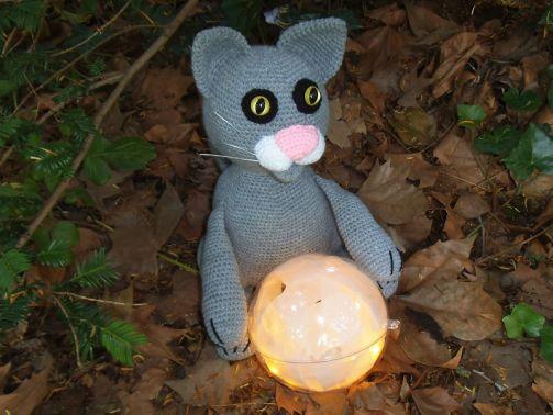 Katze mit Leuchtkugel