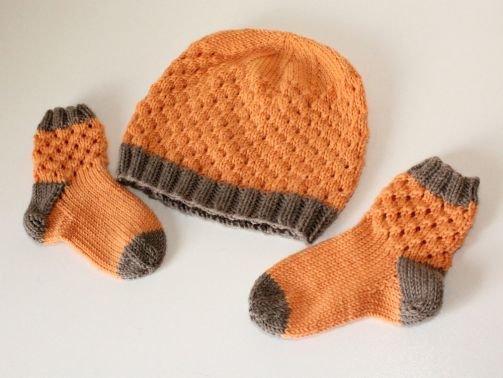 Strickanleitung Baby-Set, Mützchen und Socken mit Lochmuster
