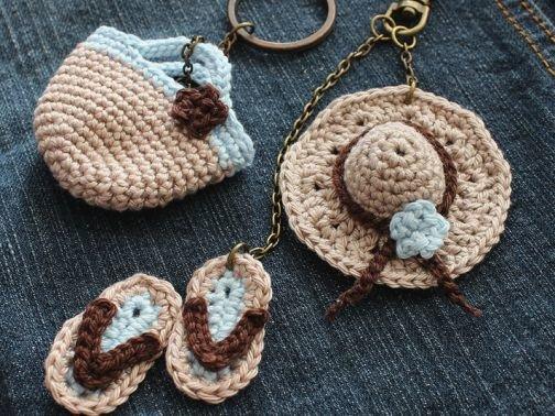 Taschenanhänger häkeln - Hut, Flip-Flops und Tasche