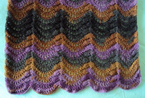 Gehäkelter Schal aus feinem Lacegarn mit Wellenmuster