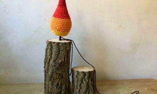 Weihnachstkerzenflammen auf Holzstück