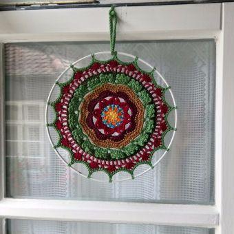 gehäkeltes Mandala in Herbstfarben
