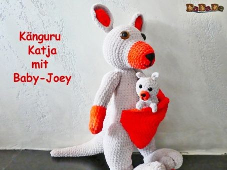 Känguru Katja mit Baby Joey zum Kuscheln