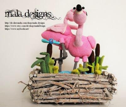 Flamingos und Libelle