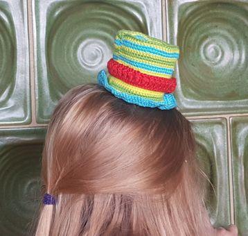 Bunter Hut mit Blume und Luftschlangen