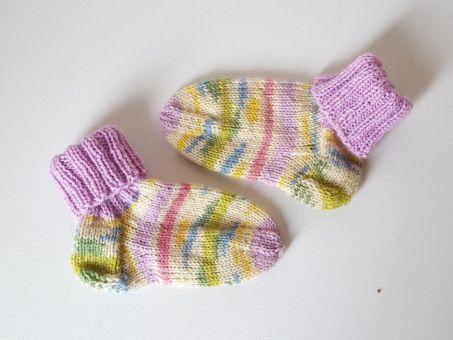 Strickanleitung Baby-Set, Mütze und Söckchen aus Sockenwolle